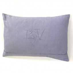 Coussin brodé monogramme GV
